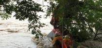 贵州:男子钓鱼遇河水上涨 获救后和消防员闹别扭